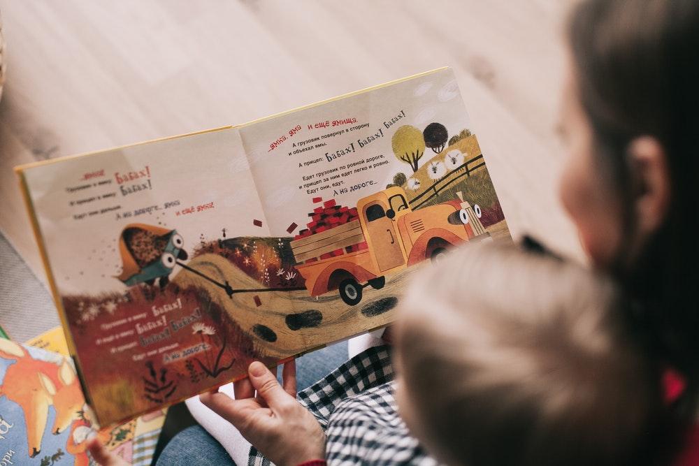 mama leest voor aan kind
